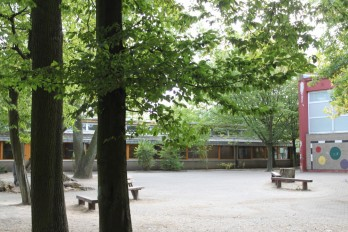 Die meisten Klassenräume sind in kleinen Pavillons untergebracht, hier angrenzend an den Waldspielhof. Foto: Jonatan Steller