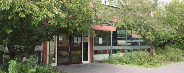 Eingang zum Hauptgebäude der Konrad-Haenisch-Schule. Foto: Jonatan Steller
